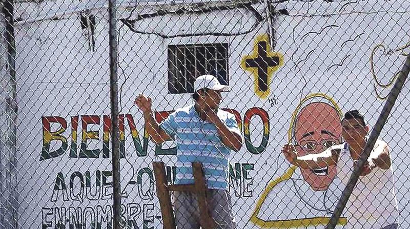 """El Papa visita la cárcel más violenta de Bolivia """"El que está  ante ustedes es un hombre perdonado, salvado de sus pecados"""""""