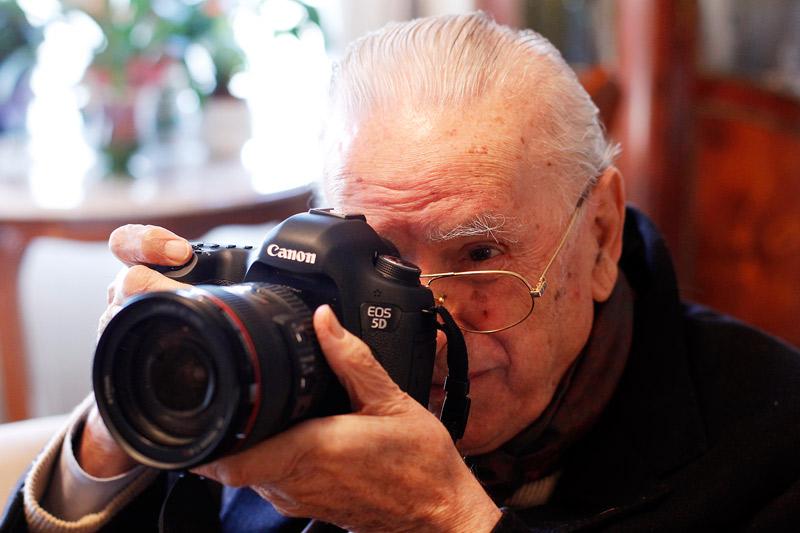 Adiós a Francisco Pérez Aparisi,  el  fotógrafo del arzobispo don Marcelino Fallece a los 90 años, tras una brillante trayectoria profesional