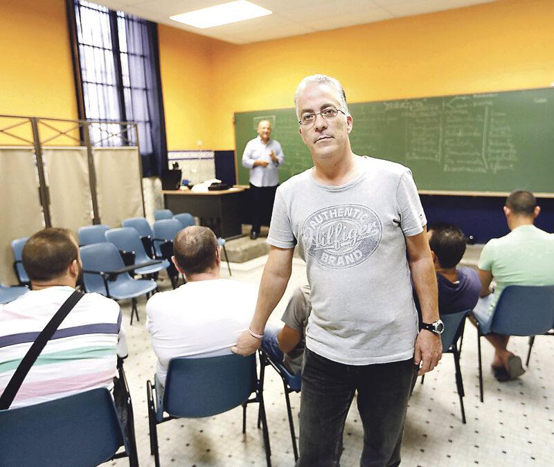 Un ex recluso entra como voluntario de  pastoral penitenciaria para ayudar a otros José Manuel Muñoz, de Valencia, da clases de informática a otros 'compañeros'