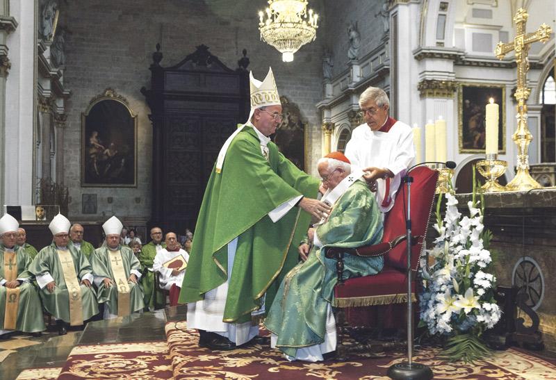 """El Cardenal recibe con """"un gozo inmenso de ser Iglesia de Jesucristo"""" el Palio arzobispal En una misa concelebrada por siete obispos en la Catedral"""