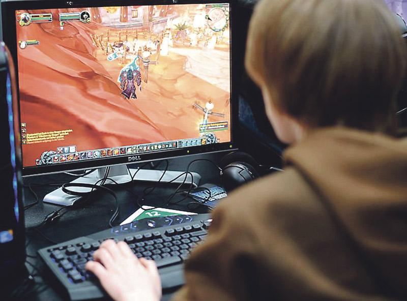 ¿Enganchados  a las pantallas? El 21,3 % de los adolescentes españoles, entre 14 y 17 años, está en riesgo de desarrollar una conducta adictiva a internet debido al uso abusivo de las redes sociales