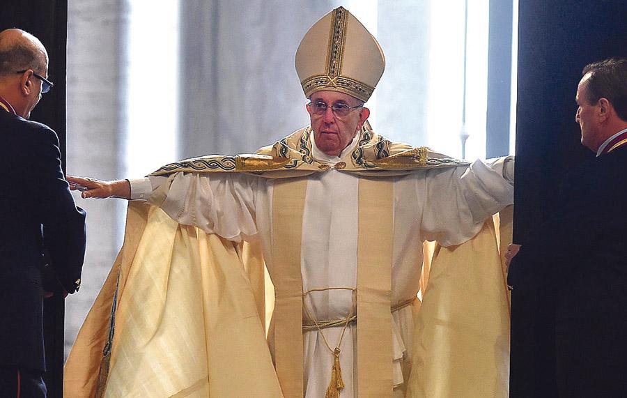 """Francisco inaugura el Jubileo:""""Cruzar la Puerta Santa nos compromete a hacer nuestra la misericordia"""" Al cumplirse el 50º aniversario del Concilio Vaticano II, cuyo """"impulso misionero"""" reivindica para la Iglesia de hoy"""