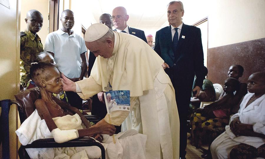 """Francisco, en África: """"No tengo oro ni plata, os dejo lo que tengo: la bendición de Dios"""" El Papa culmina en la República Centroafricana el viaje más peligroso de su vida"""