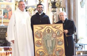 El gran regalo de la Misericordia Los hermanos de Taizé obsequian a los jóvenes de la diócesis el icono de la Misericordia del Encuentro Europeo en Valencia