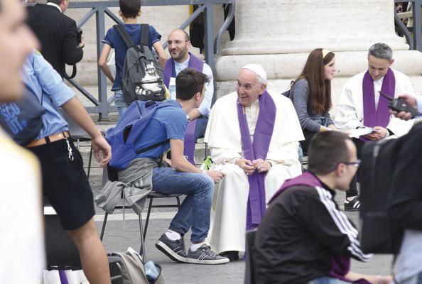 Un papa que confiesa a pie de calle Durante el Jubileo de los adoslecentes