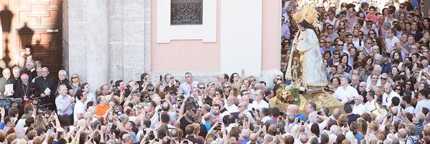 Decenas de miles de personas participan en el desagravio a la Virgen y en la misa en su honor La plaza de la Virgen, la Catedral y las calles adyacentes, repletas
