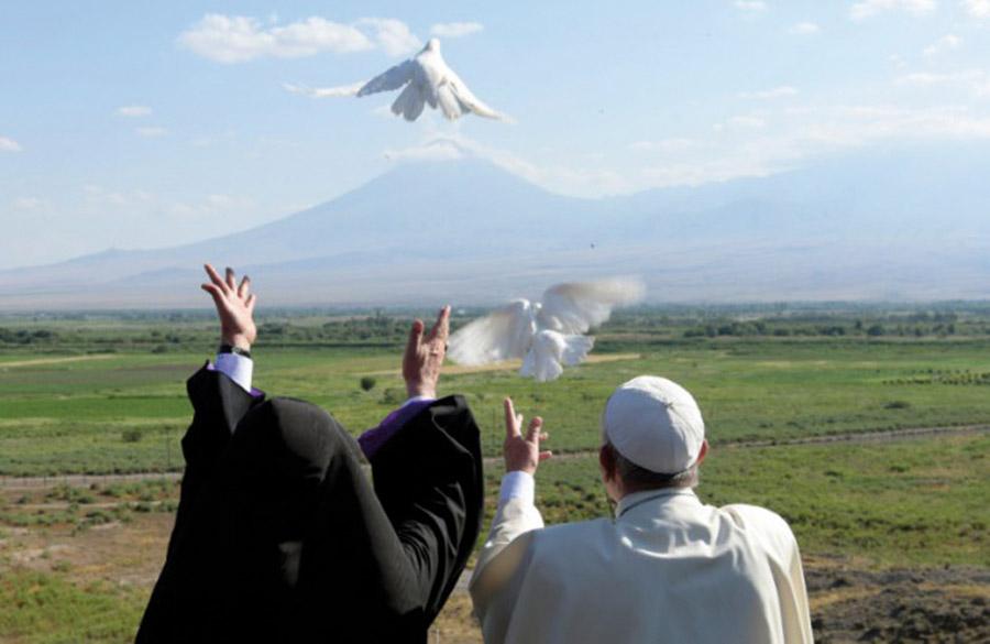 """El Papa y el líder de la Iglesia armenia: """"El  ecumenismo de sangre trasciende las divisiones"""" Ambos firman una declaración conjunta durante la visita de Francisco"""