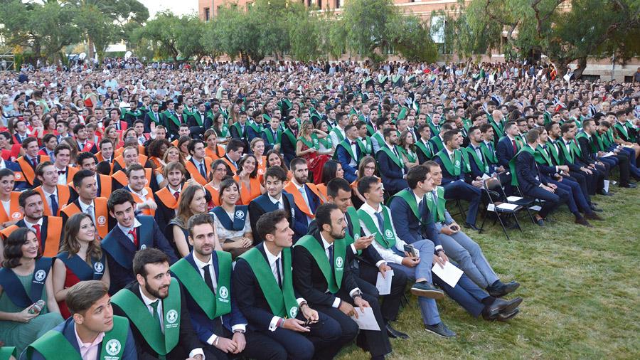 """Enviados a crear una """"humanidad nueva"""" El Cardenal preside la graduación de dos mil estudiantes de la Universidad Católica de Valencia en el Seminario Mayor"""