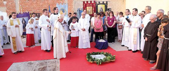 Massamagrell cumple un sueño y una gran esperanza  con la bendición de la primera piedra de su nueva parroquia Sustituye a la anterior, construida provisionalmente en 1950, y dará servicio a una barriada de 4.000 habitantes