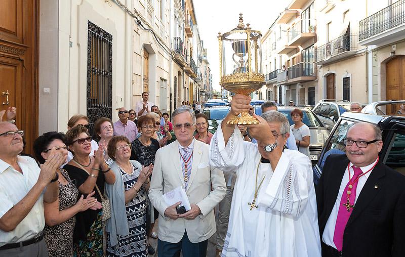 Carlet se echa a la calle para rendir homenaje  al Santo Cáliz La reliquia visita la población por tercera vez en su historia y con motivo del Año de la Misericordia