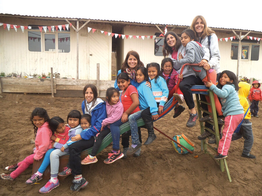 """Una gran lección de vida Veinte valencianos que viajaron a Perú este verano vuelven a casa """"crecidos en humanidad"""""""
