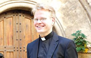 """""""Yo no sabía cómo tenía que ser un católico, nunca en mi vida había conocido a uno"""" Entrevista a Oskari Juurikala, sacerdote finlandés que hace las prácticas pastorales en la iglesia de San Juan del Hospital de Valencia"""