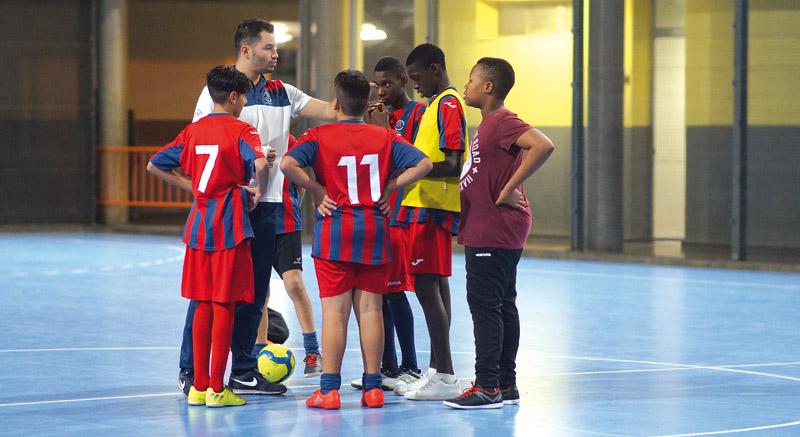 Frenan el absentismo escolar con fútbol sala Voluntarios logran en el colegio diocesano de Nazaret motivar a 145 chavales con deportes