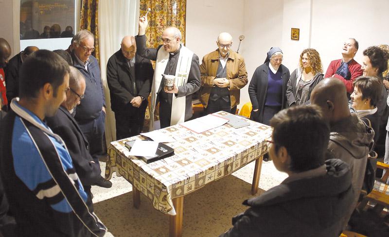 La diócesis abre un piso-hogar de acogida para jóvenes internos en tercer grado Monseñor Ros bendice la casa en la que viven 10 personas