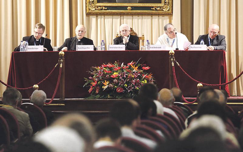 """El Arzobispo llama a priorizar la fe en la Eucaristía en el Simposio del Santo Cáliz Cardenal Blázquez: """"La sangre de Jesús actúa, junto con la cruz, como fuerza pacificadora"""""""