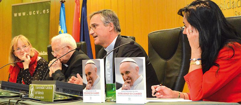 """""""En la comunicación del Papa no hay estrategia sino anuncio del Evangelio"""" El prefecto de la Secretaría para la Comunicación de la Santa Sede  presenta su libro en la UCV"""