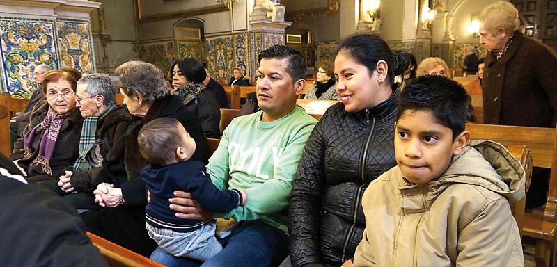 """""""La parroquia fue lo primero que conocí de España"""" Una familia de Bolivia cuenta en PARAULAsu integración en Valencia y la ayuda de sacerdotes y feligreses"""