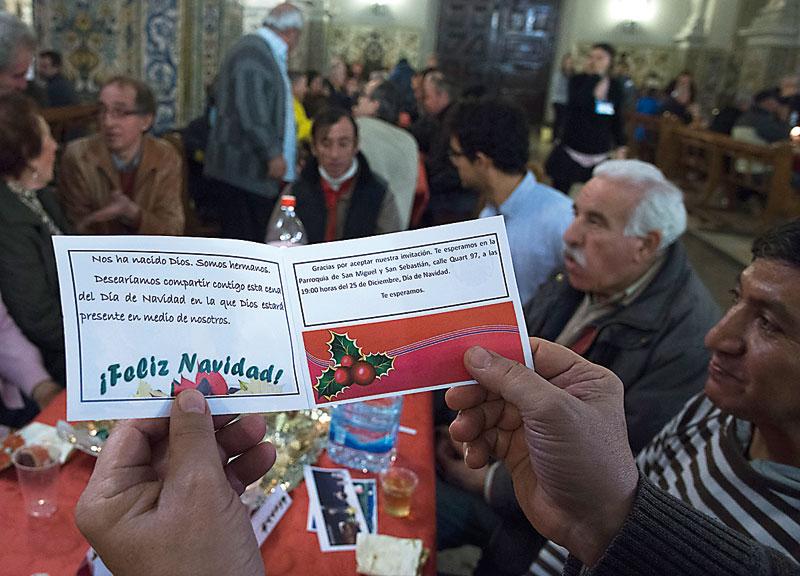 Cena navideña y 'con techo' 300 personas sin hogar, agasajadas enSan Miguel y san Sebastián por sus feligreses