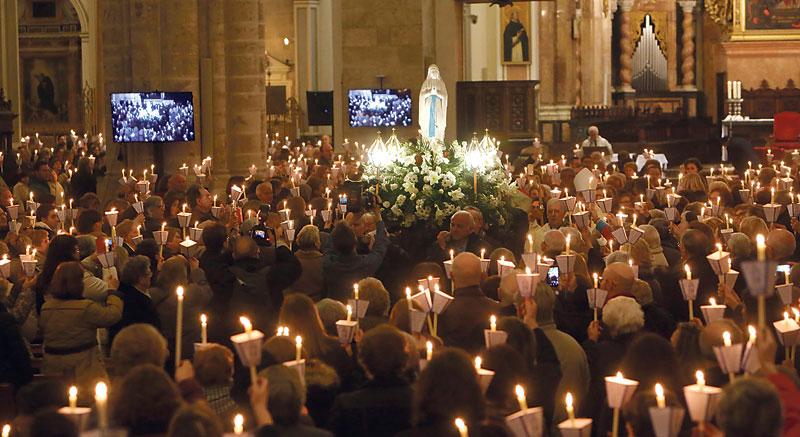 """La 'misa de las antorchas' ilumina la Catedral con el testimonio de los enfermos El Cardenal: """"La atención solícita y el cuidado entrañable a los enfermos evangeliza"""""""