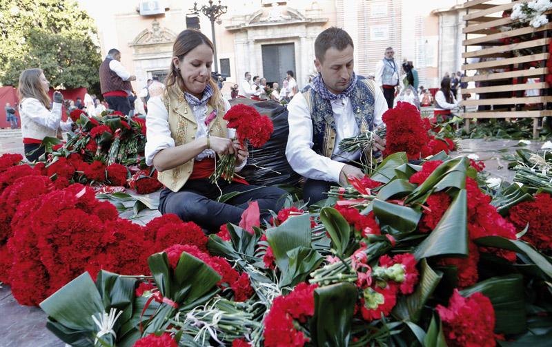 Los vestidores de la Virgen cumplen 30 años bordando con flores el manto en la ofrenda Son 39 devotos de la Mare de Déu, que aúnan hasta tres generaciones familiares
