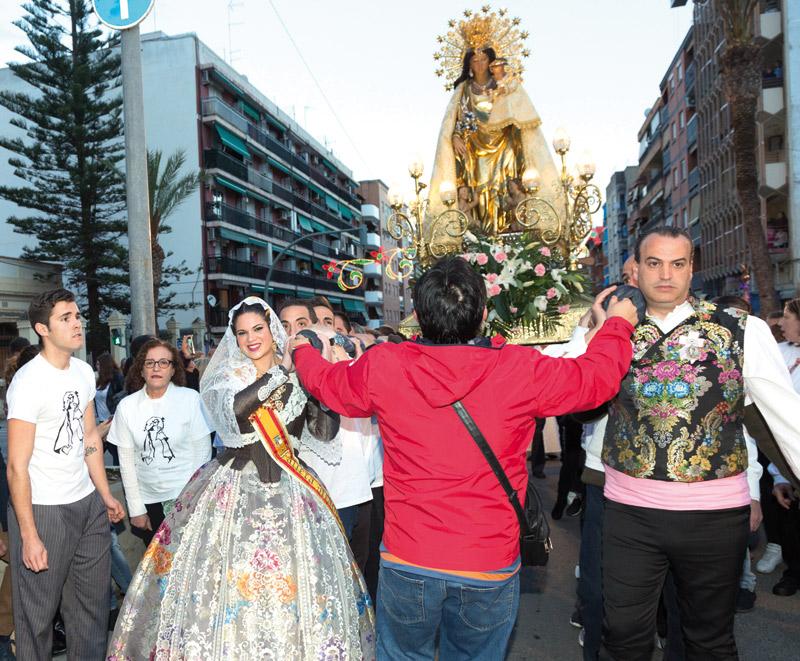 Burjassot vibra de emoción ante la visita de la imagen procesional de la Mare de Déu Falleros, vecinos, feligreses y clavarios se vuelcan en el recibimiento a la Virgen de los Desamparados