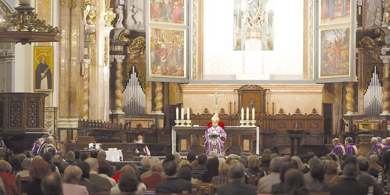 """""""La Iglesia no tiene poder, riqueza o armas, solo tiene una fuerza que es Jesucristo"""" El Cardenal presidió una misa en sufragio por las víctimas de los atentados terroristas"""