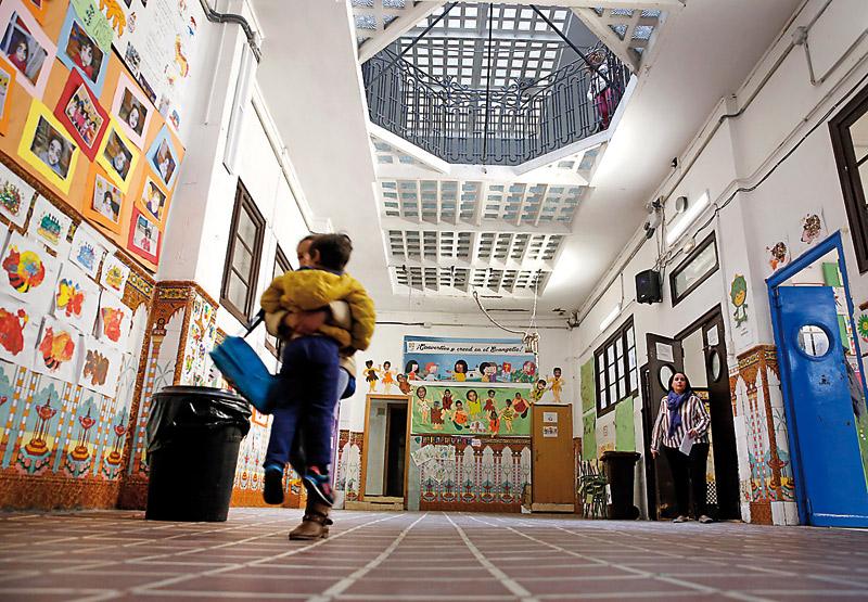 Un colegio que lava la ropa a sus alumnos y les enseña que estudiar cambia la vida PARAULA vive el día a día del colegio Santiago Apóstol del Cabañal
