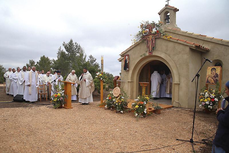 Los fundadores de los Hermanitos del Cordero  bendicen su pequeño monasterio en plena naturaleza Jóvenes y familias que ayudaron a su construcción en Moixent, participan con alegría  al calor de las mantas