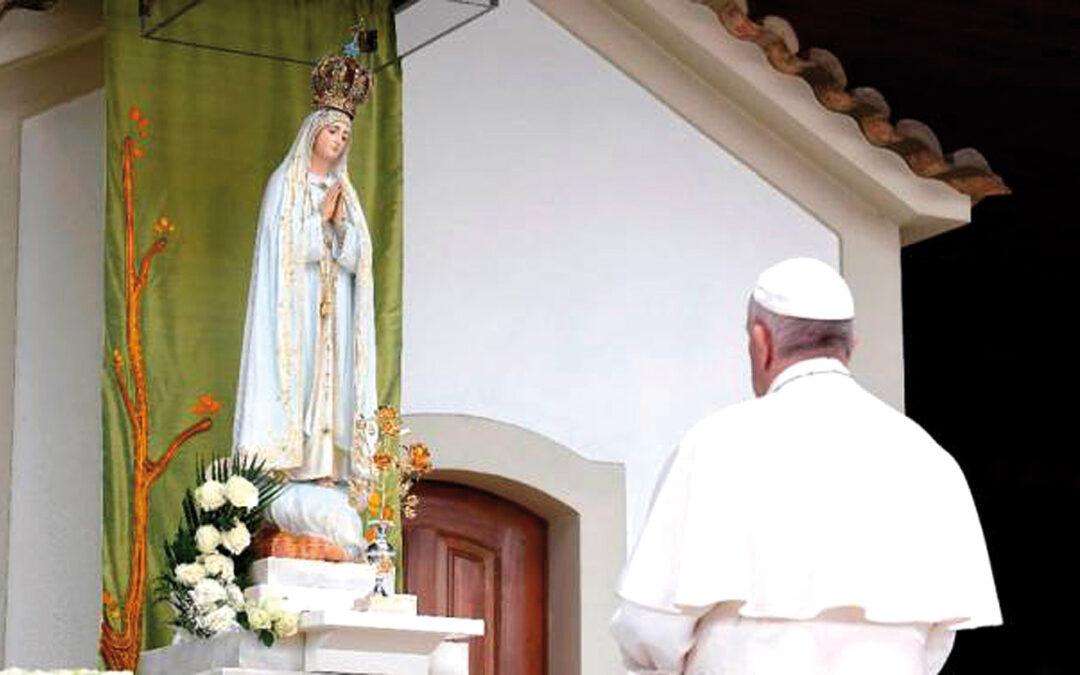 """El Papa, en Fátima:""""Si queremos  ser cristianos tenemos que ser marianos"""" Recuerda en su viaje por los cien años de las apariciones que María es """"maestra de vida espiritual"""""""