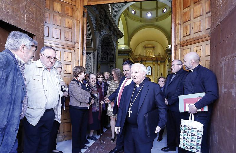 """""""Don Antonio, aquí su casa y su pueblo"""" El Arzobispo y sus obispos auxiliares comparten en los pueblos del Camp de Morvedre las vivencias diarias de sus vecinos, rezan con ellos y les alientan en su fe"""