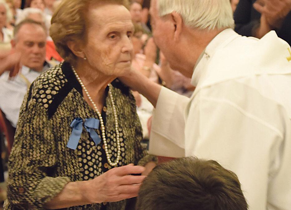 """""""Las flores y la tierra me lo han dado todo"""" Amparo Galán, centenaria del Gremio de Floristas de Valencia homenajeada en la Basílica"""