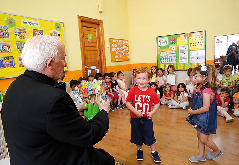 Trabajadores, voluntarios, niños, mayores y enfermos muestran su día a día al Cardenal y a sus obispos auxiliares Continúan su recorrido por los arciprestazgos del Camp de Morvedre