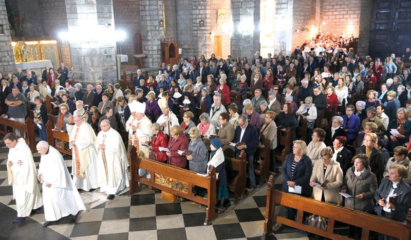 Una visita pastoral muy deseada por todos El Cardenal y los obispos auxiliares recorren ya las parroquias de Sagunto  y sus pueblos próximos tras iniciar la visita en la de Santa María, llena de fieles