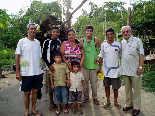 """Juan Oliver, obispo y misionero en la selva de Perú: """"Vivo completamente en medio de los pobres"""" Franciscano de Carcaixent y vicario apostólico en la Amazonía, donde se desplaza en lancha, ha visitado Valencia"""