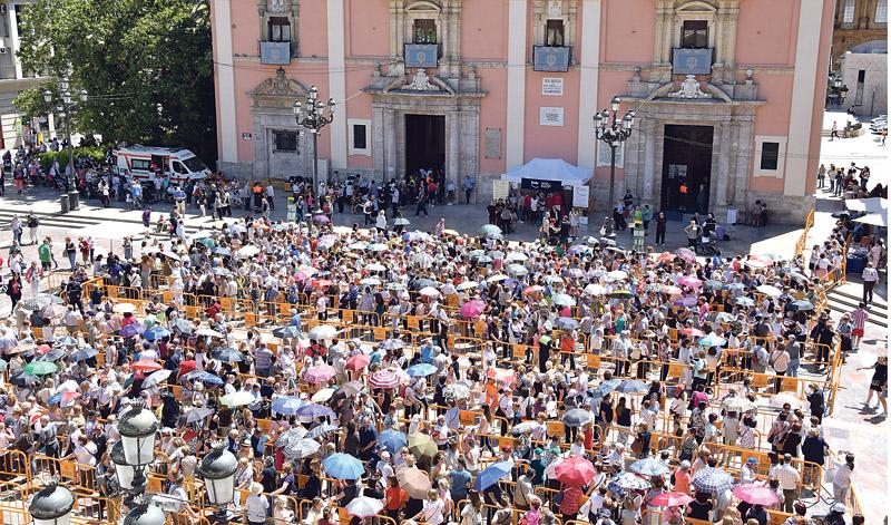 Un Besamanos de más de 20 horas seguidas sin parar A pesar del sol y la ausencia de toldo aún en la plaza, más de 30.000 personas acudieron a su cita con la patrona