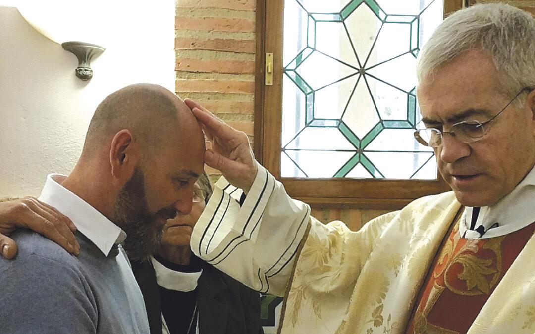 """Bautizado a los 45 años:""""Me sentía  católico pero notaba que tenía un vacío"""" Ludovic, residente en Francia, recibe el bautismo en Valencia"""