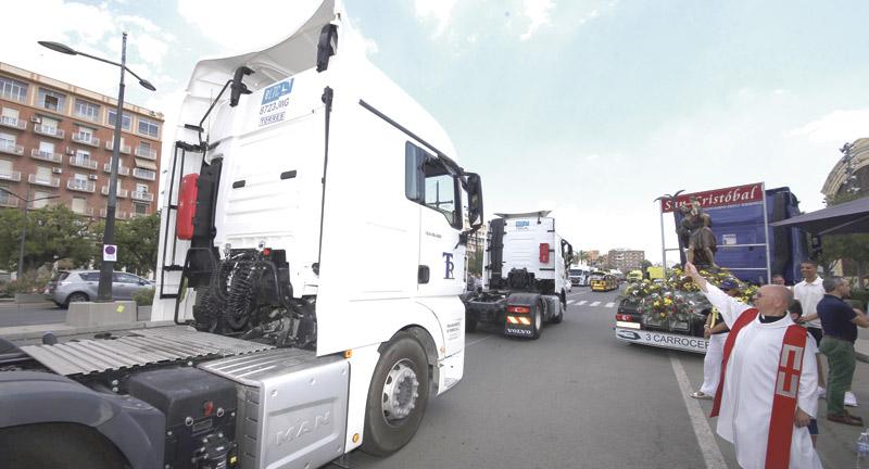 Sonoro homenaje de los camioneros con sus cláxones a san Cristóbal en la fiesta del patrón Misa de transportistas, procesión y bendición de vehículos, y también ronda de automóviles en la Trinidad
