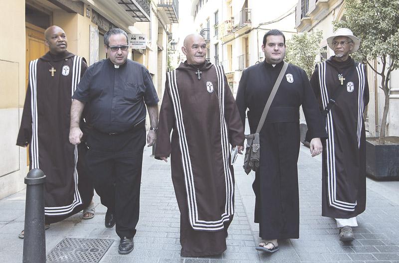 Los religiosos de Voz de los Pobres ya están en la calles de Valencia Dan comida y escuchan a personas sin hogar durante la noche