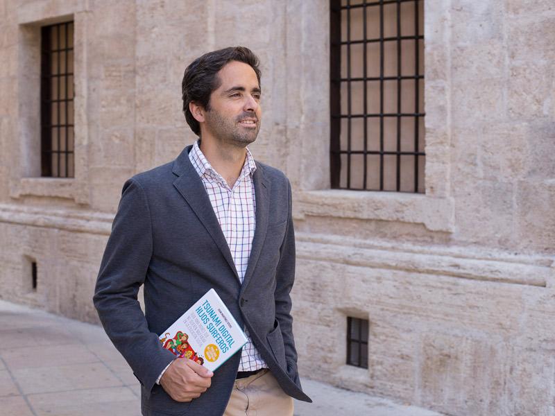 """""""Para educar en  Internet hay que  ser inteligentes,  creativos y positivos"""" Entrevista a Juan Martínez Otero, autor de 'Tsunami digital, hijos surferos'"""