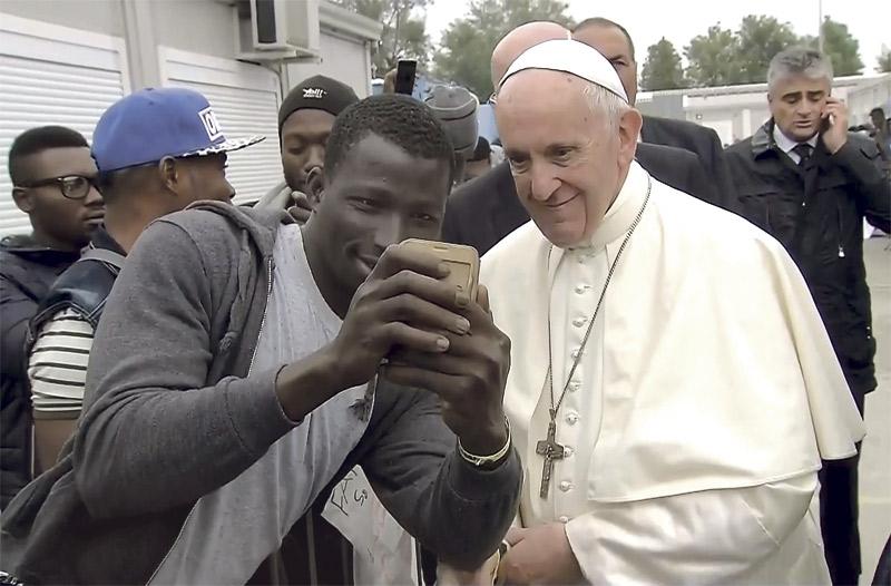 45 minutos de 'selfies' con  inmigrantes norafricanos Autenticidad y liderazgo moral del Papa