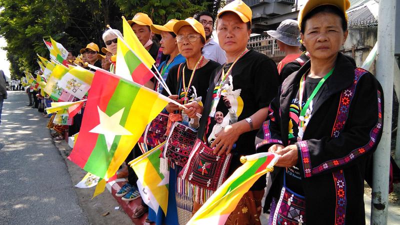 Los católicos de Myanmar abrazan al Papa El entusiasmo entre la minoría cristiana lleva a muchos a hacer el esfuerzo de recorrer mil km en autobús