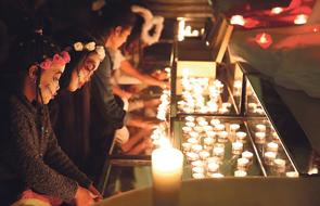 Una luz en Halloween para celebrar la vida La iglesia de San Lorenzo acoge una nueva edición de Nightfever