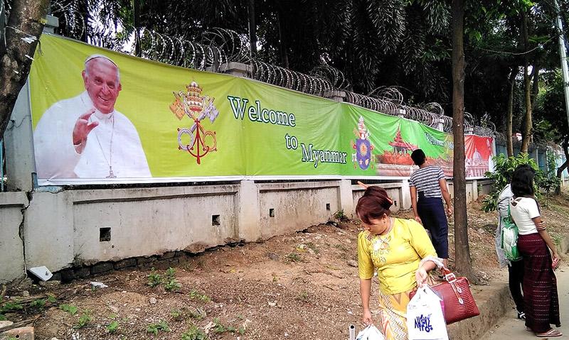 Francisco visita a Myanmar (antigua Birmania) donde sólo el 1'37% son católicos En plena crisis de refugiados en Lejano Oriente, estará del 27 al 30 de noviembre, y luego irá a Bangladesh