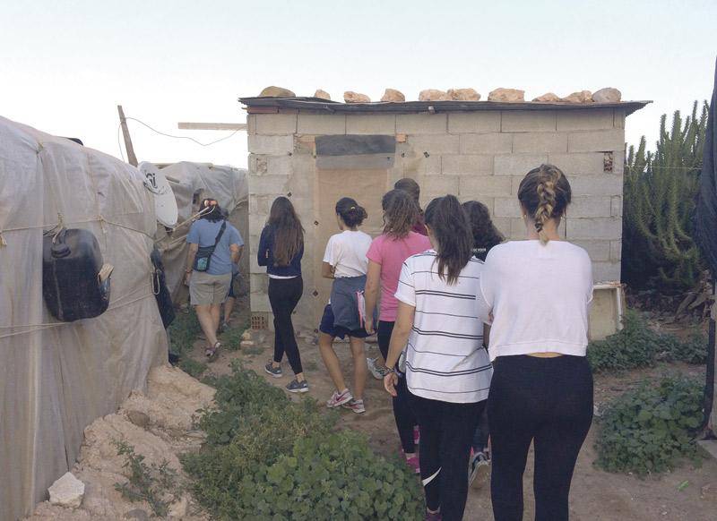 Conociendo la  realidad de los asentamientos de inmigrantes Son alumnas de 2º de Bachillerato del colegio N.S. del Socorro de Benetússer