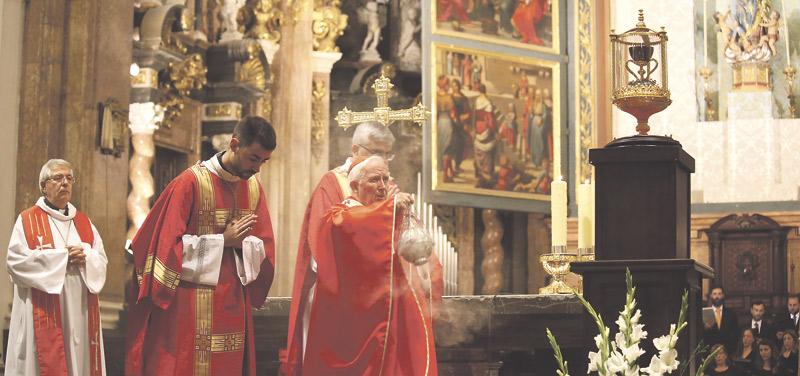 """El Cardenal, a la diócesis:""""Rezad mucho por España y fiaros incondicionalmente de Dios"""" Apremia en la misa de la fiesta del SantoCáliz a la """"oración incesante"""""""