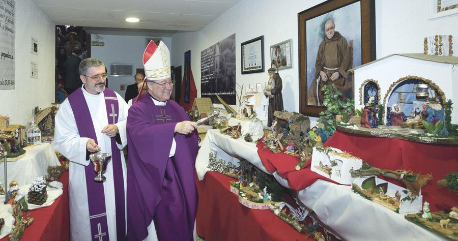 """Mons. Escudero: """"Gracias por continuar la tradición de fray Conrado"""" El prelado bendice la muestra benéfica de belenes en los Capuchinos"""