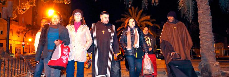 Una 'pastoral de la calle' lleva de noche el amor de Dios a los sin hogar de Valencia PARAULA comparte con los 'sin techo' un recorrido nocturno de la comunidad 'Voz de los Pobres'