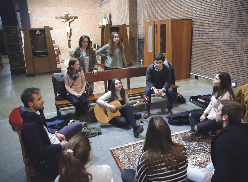 Hakuna,  jóvenes que disfrutan de  la vida en  cristiano Puedes encontrarlos todos los lunes a las 20:45h en la colegiata de San Bartolomé de Valencia