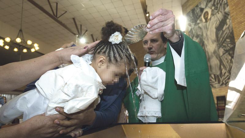 Júbilo en la Casa Cuna por el bautizo de tres bebés de mujeres sin recursos acogidas La ayuda y apoyo de religiosas y voluntarios contribuye a que culminen sus embarazos