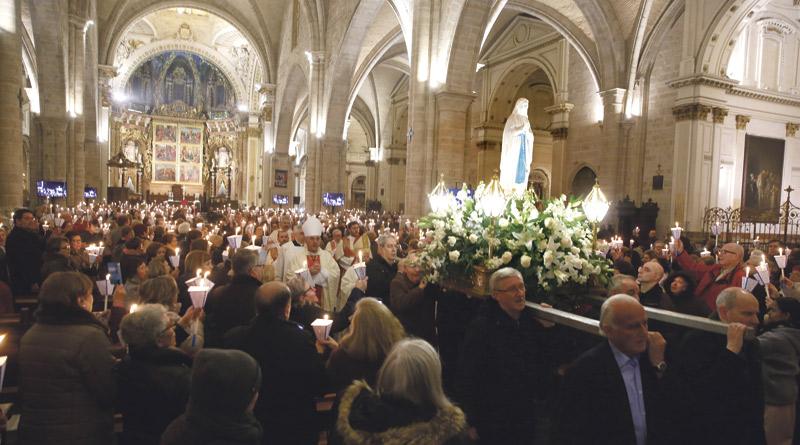 Los enfermos valencianos llenan de luz la Catedral en la 'misa de las antorchas' Con motivo de la festividad de la Virgen de Lourdes y de la Jornada Mundial del Enfermo